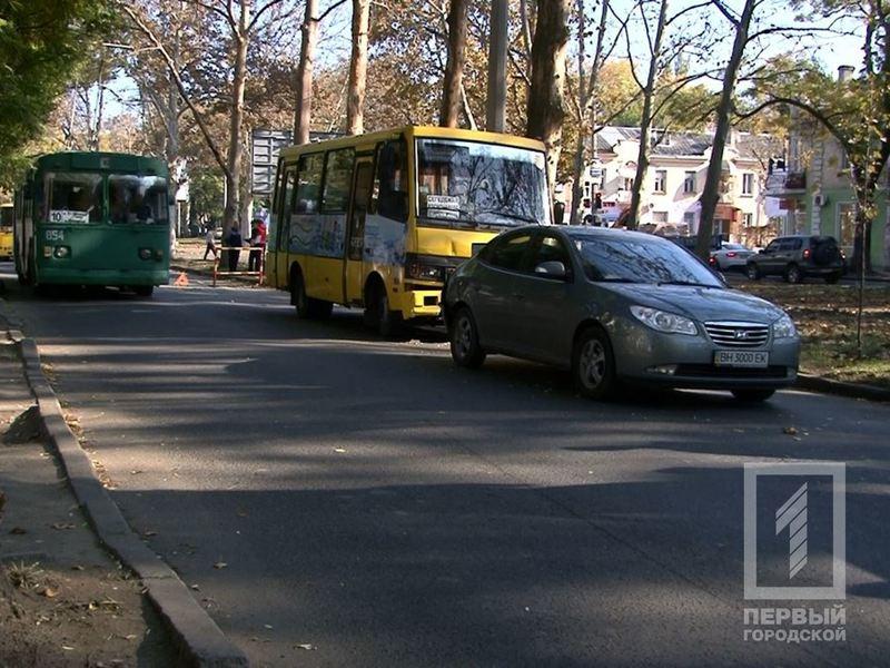В Одессе маршрутчик влетел в легковушку, обгоняя троллейбус (ФОТО) (фото) - фото 1