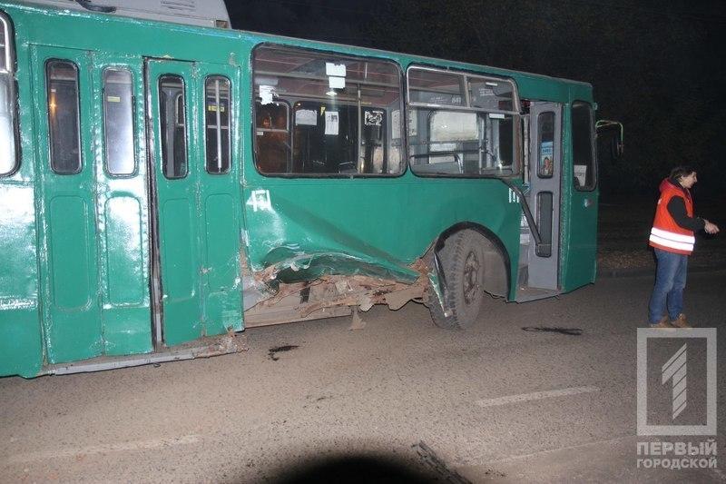 В Одессе сгорела иномарка после столкновения с троллейбусом (ФОТО) (фото) - фото 1